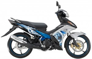 4-2014-Yamaha135LCES-silver-blue-640x413