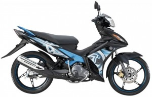 6-2014-Yamaha135LC-4S-black-blue-640x411