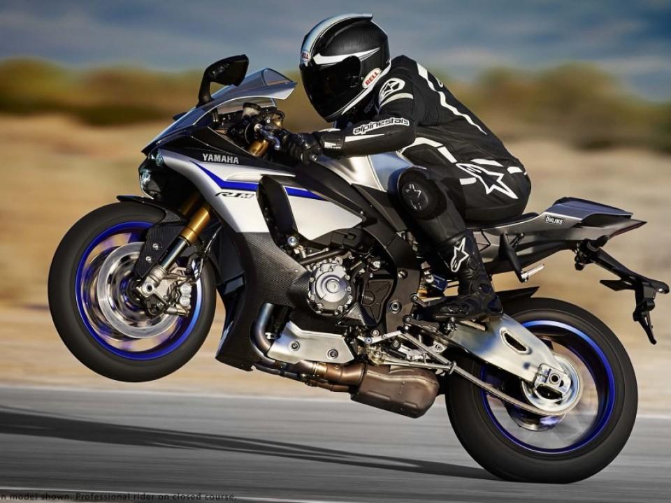 2015-Yamaha-YZF-R1M-09
