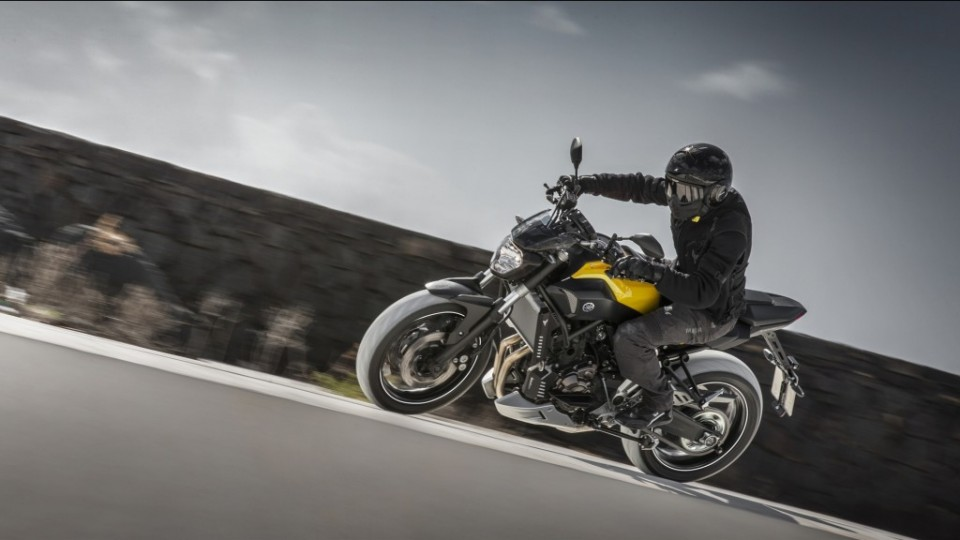 2015-Yamaha-MT-07-EU-Extreme-Yellow-Action-001