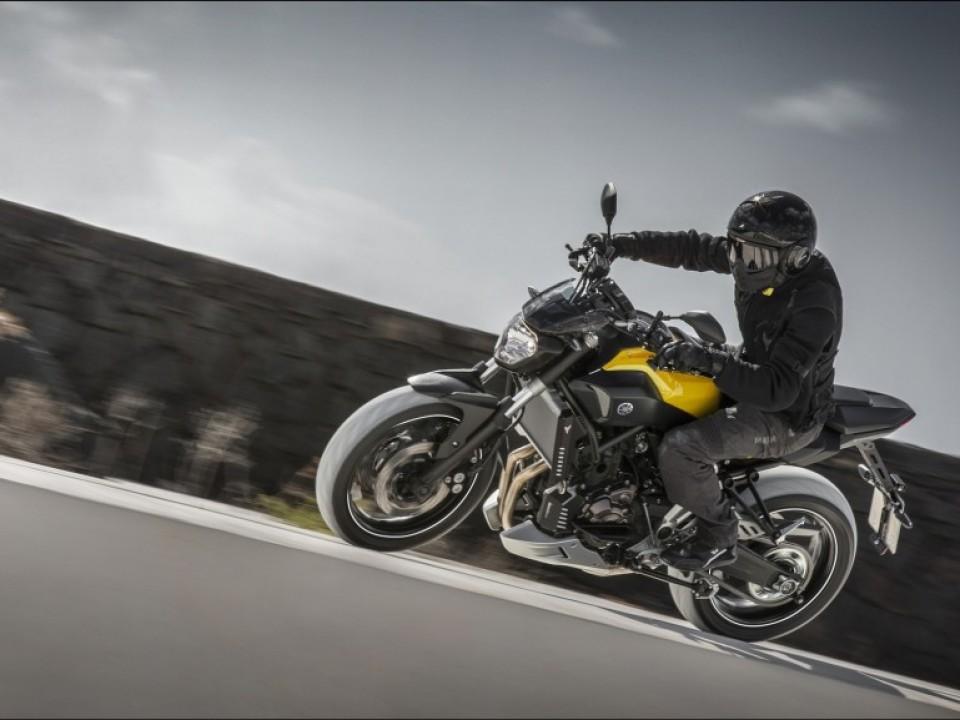 2015-Yamaha-MT-07-EU-Extreme-Yellow-Action-001
